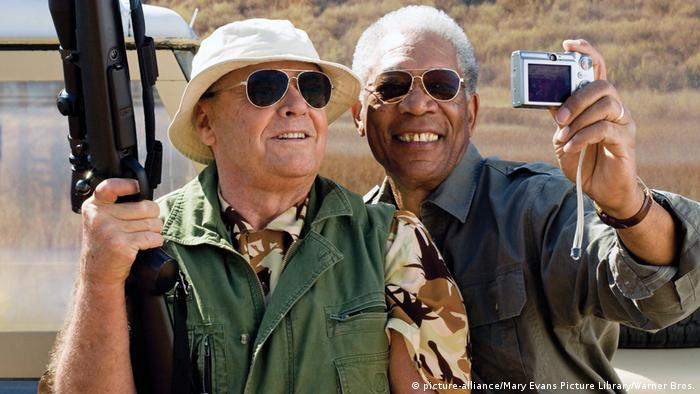 Morgan Freeman und Jack Nicholson machen in Das Beste kommt zum Schluss ein Selfie mit einer Digitalkamera. (Foto: picture-alliance/Mary Evans Picture Library/Warner Bros.)