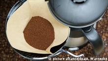 ILLUSTRATION - Eine Filterkaffeemaschine mit gemalenem Kaffee im Filter steht am 07.12.2014 in Berlin. Foto: Andrea Warnecke   Verwendung weltweit