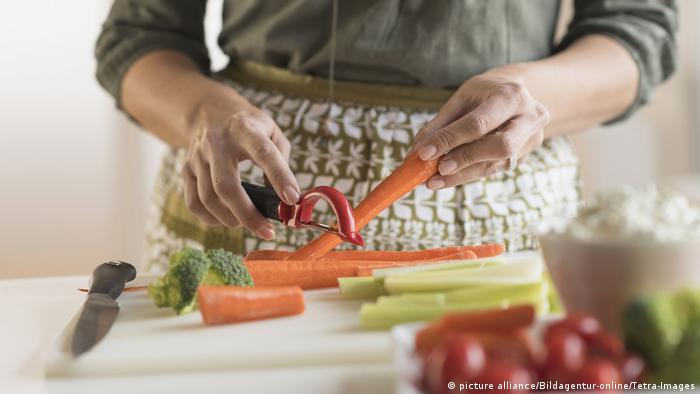 Eine Frau schneidet Gemüse