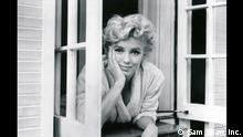 ***ACHTUNG: Bild nur zur Berichterstattung über die Ausstelung: Finding the Unexpected: Sam Shaw – 60 Jahre Fotografie in der LUDWIGGALERIE Schloss Oberhausen verwenden!*** 02. SAM SHAW, Marilyn Monroe, New York City 1954 (Das verflixte 7. Jahr) _ Sam Shaw Inc. - www.s.jpg