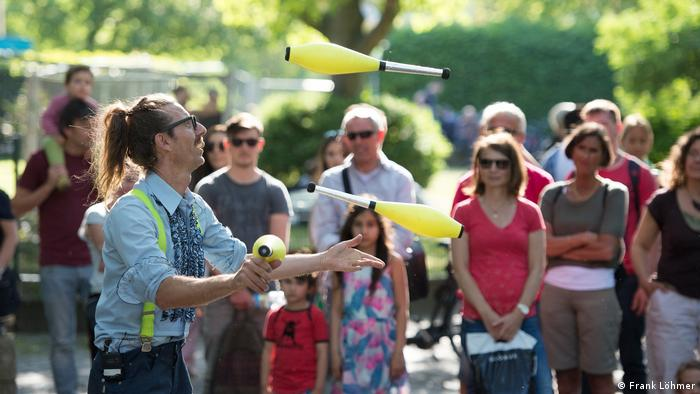 A juggler at the Karneval der Kulturen (Photo: Frank Löhmer)
