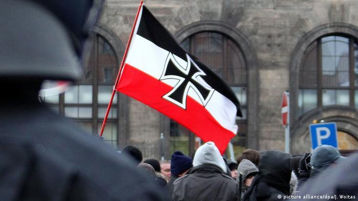 Правые экстремисты на демонстрации в Дрездене с флагом Германии 1933-35 годов, фото из архива 2010 года