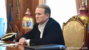Віктор Медведчук відомий українцям перш за все як ідеолог проросійської політики. Він - кум російського президента Володимира Путіна. А ще - великий поціновувач антикваріату, колекціонер книжок
