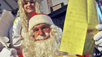 BdT 19.12.08 Weihnachtsmann posiert mit Brief