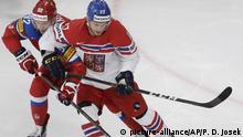 Eishockey: WM, Russland - Tschechien, Viertelfinale am 18.05.2017 in der AccorHotels Arena in Paris (Frankreich). Russlands Jewgeni Kusnezow (l) gegen Tschechiens Vladimir Sobotka. Foto: Petr David Josek/AP/dpa +++(c) dpa - Bildfunk+++ |