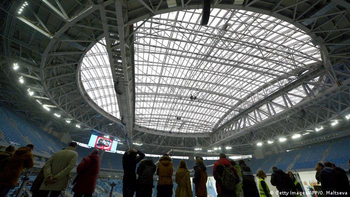 Зрители на стадионе Санкт-Петербург Арена