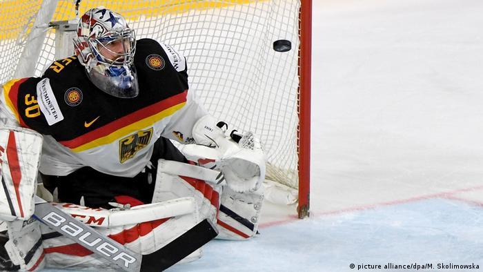 Deutschlands Eishockey-Torwart Philipp Grubauer wehrt einen Schuss ab (Foto: picture alliance/dpa/M. Skolimowska)