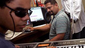 Blinder Musikstudent vor einem Keyboard (Quelle: AP)