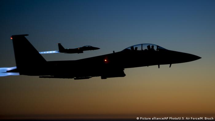US Luftangriffe auf den IS in Syrien (Picture alliance/AP Photo/U.S. Air Force/M. Bruch)