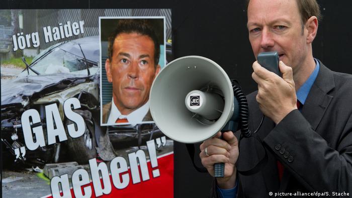 Deutschland Martin Sonneborn Wahlplakat für Die Partei enthüllt