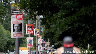 Wahlwerbung von NPD und Die Linke in Berlin (picture-alliance/dpa/B. Pedersen)