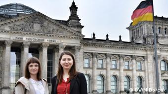 Bosnierinnen im Bundestag Hana und Suzana (DW/M.Borčak)