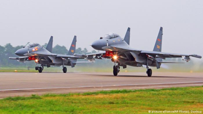 China Airforce Sukhoi SU-30 Kampfjets (picture-alliance/AP Photo/J. Danhua)