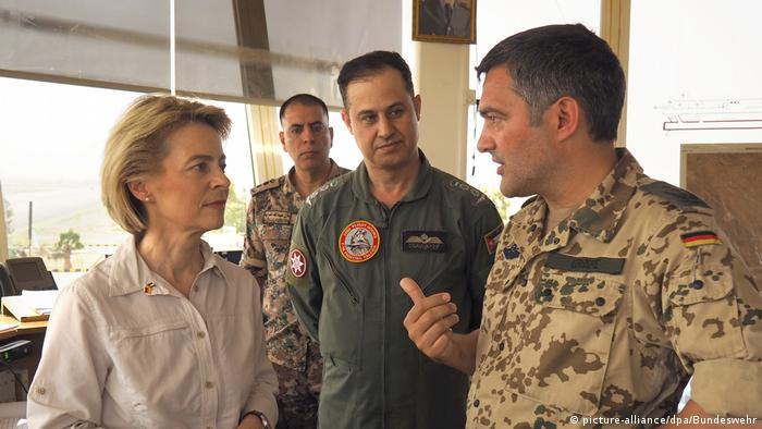 Ursula von der Leyen tallking to a German and a Jordanian officer (picture alliance/dpa/Bundeswehr)