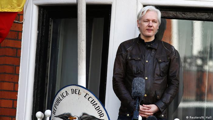 UK Assange erscheint auf Botschaftsbalkon (Reuters/N. Hall)