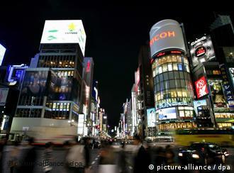 Die Hauptgeschäftsstraße Ginza in der japanischen Hauptstadt Tokio bei Nacht am 16.11.2007. Foto: Matthias Schrader +++(c) dpa - Report+++