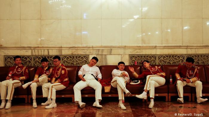 China Militärkapelle wartet (Reuters/D. Sagolj )