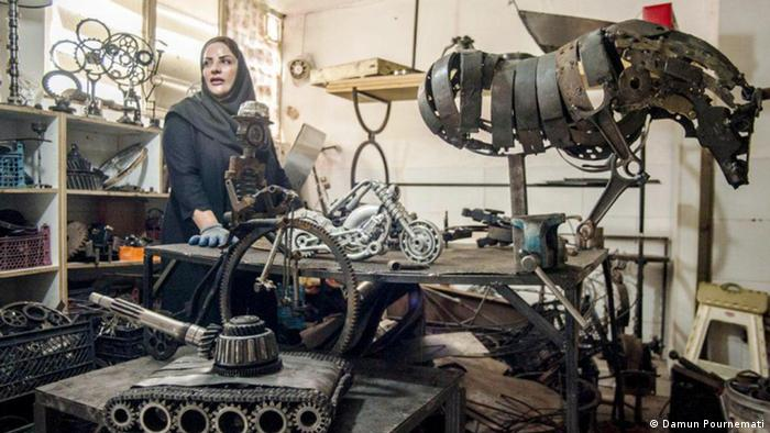 Kunst aus Schrott ist noch neu im Iran. Nur wenige Künstler beschäftigen sich damit. Eine davon ist Fatemeh Safarpour. Sie lebt in Zahedan, ihrer Geburtsstadt in der Provinz Sistan-Belutschistan. Diese Provinz liegt im Südosten des Iran an der Grenze zu Pakistan und Afghanistan.