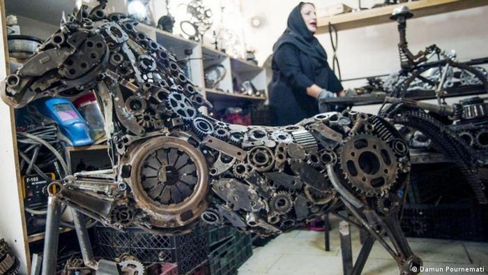 Fatemeh Safarpour erzählte im Gespräch mit dem Fotografen, wie schwer es für sie war, sich als Frau selbstständig zu machen und auf dem Kunstmarkt Fuß zu fassen. Sie ist Alleinverdienerin, finanziert mit ihrer Kunst ihre Familie. Ihre Kunden sind überwiegend Einheimische; sie haben wenig Geld für Kunst übrig. Safarpour beklagt die Diskriminierungen von Frauen auf dem Kunstmarkt.