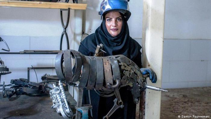 In Safarpours Heimat leben die Menschen traditionell: Mädchen heiraten oft früh und werden Hausfrauen. Fatemeh Safarpour aber hat studiert: Architektur. In ihrem Fach fand sie keinen Job. Die Arbeitslosigkeit in Sistan-Belutschistan ist mit 45 Prozent sehr hoch. Die Provinz im Südosten ist wirtschaftlich benachteiligt, Dürre und Wassermangel beeinträchtigen die Landwirtschaft.
