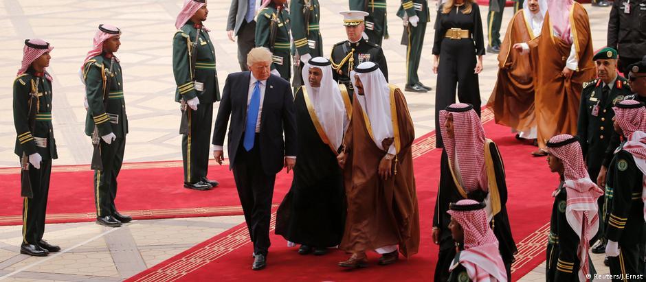 Trump foi recebido com honras militares pelo rei Salman bin Abdulaziz al-Saud no aeroporto de Riad