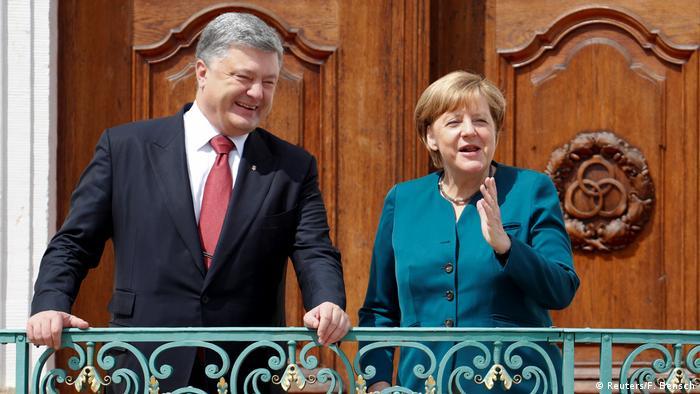 Deutschland Bundeskanzlerin Angela Merkel empfängt den ukrainischen Präsidenten Petro Poroschenko in Meseberg (Reuters/F. Bensch)