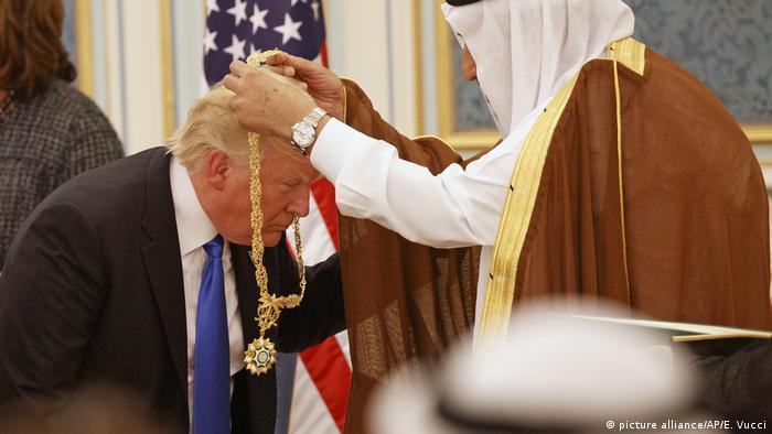 Saudi-Arabien US-Präsident Trump erhält von König Salman die Abdulasis Al-Saud-Medaille (picture alliance/AP/E. Vucci)