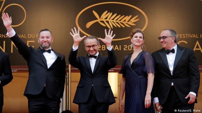 Der russische Regisseur Andrey Zvyagintsev winkt in Cannes mit seinem Taem ins Publikum (Reuters/S. Mahe)