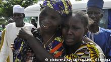 Eine Mutter (l) trifft am 20.05.2017 in Abuja (Nigeria) auf ihre entführte und nun freigelassene Tochter. Nach der Freilassung Anfang Mai von 82 von knapp 300 entführten Mädchen treffen die Eltern zum ersten Mal seit der Entführung im April 2014 ihre Kinder. (zu dpa «Freigelassene Mädchen aus Chibok wieder mit Familien vereint» vom 20.05.2017) Foto: Olamikan Gbemiga/AP/dpa +++(c) dpa - Bildfunk+++ |