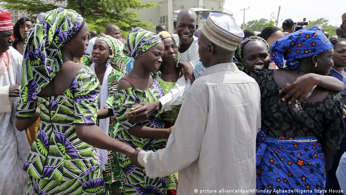 Nigeria - Chibok girls return home (picture alliance/dpa/AP/unday Aghaeze/Nigeria State House)