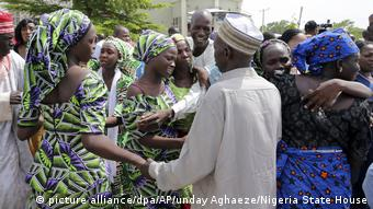 Freed Chibok girls meet their parents (picture alliance/dpa/AP/unday Aghaeze/Nigeria State House)