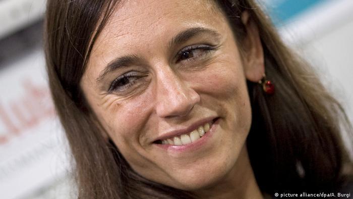 La escritora María Cecilia Barbetta nació en Buenos Aires, en el barrio de Villa Ballester, y en Nachtleuchten escribe sobre sucesos y personas en ese barrio durante la dictadura militar que comenzó en 1976.