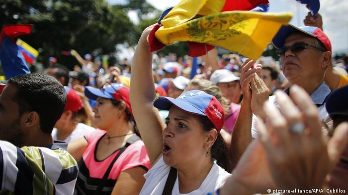 Venezuela - weitere Proteste gegen Maduro (picture-alliance/AP/A. Cubillos)