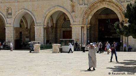 Το τέμενος Αλ-Ακσά που βρίσκεται στο Όρος του Ναού στην παλιά πόλη της Ιερουσαλήμ είναι το τρίτο πιο σημαντικό μουσουλμανικό κέντρο προσκυνήματος μετά τη Μέκκα και τη Μεδίνα. Πρόκειται για περιοχή που έχει συνεχώς εντάσεις. Από το 1967 το Ισραήλ είναι υπεύθυνο για την ασφάλεια και ένα μουσουλμανικό ίδρυμα για την κοσμική και θρησκευτική διοίκηση.