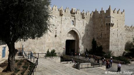 Η εντυπωσιακή πύλη της Ιερουσαλήμ βρίσκεται στα σύνορα μεταξύ της χριστιανικής και της αραβικής περιοχής. Εάν περάσει κανείς τη πύλη βρίσκεται σε μικρά στενά δρομάκια που φιλοξενούν ένα ζωηρό, γεμάτο χρώματα, αραβικό παζάρι. Η βόρεια είσοδος της παλιάς πόλης της Ιερουσαλήμ έχει αποκτήσει ωστόσο κακή φήμη διότι τα τελευταία χρόνια στη σκιά της πύλης της Δαμασκού λαμβάνουν χώρα αιματηρές δολοφονίες Παλαιστίνιων.