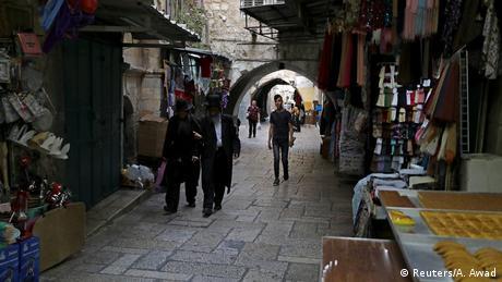Ένας λαβύρινθος με μικρά σοκάκια εκτείνεται στο εβραϊκό, αραβικό, χριστιανικό και αρμένικο τετράγωνο στην παλιά πόλη της Ιερουσαλήμ και περικυκλώνεται από το τείχος που ανεγέρθη μεταξύ 1535-1538 από τον σουλτάνο Σουλεϊμάν τον Μεγαλοπρεπή. Το 1981 η παλιά πόλη της Ιερουσαλήμ ανακηρύχτηκε από την UNESCO μνημείο παγκόσμιας κληρονομιάς.