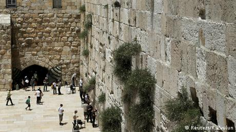 Το παγκοσμίου φήμης Τείχος των Δακρύων είναι το μεγαλύτερο ιερό των Εβραίων. Οι πιστοί, συχνά όμως και πιστοί άλλου θρησκεύματος, σφηνώνουν χαρτάκια με προσευχές ή ευχές για ευλογία στις χαραμάδες του τείχους. Υπάρχει κι η δυνατότητα να στείλει κανείς τις ευχές του μέσω ίντερνετ: οι ευχές εκτυπώνονται στην Ιερουσαλήμ και τοποθετούνται στις χαραμάδες του τείχους στη συνέχεια.