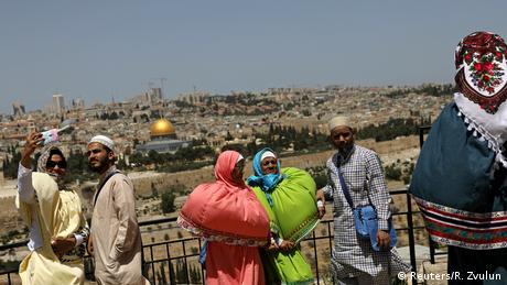 Το Όρος των Ελαιών κοιτάζει προς την παλιά πόλη της Ιερουσαλήμ και προσφέρει στους τουρίστες μια καταπληκτική θέα. Στην φωτογραφία μπορεί να δει κανείς τα παλιά τείχη της πόλης καθώς και το αρχαιότερο μουσουλμανικό ιερό με τον χρυσό τρούλο που ονομάζεται «Θόλος του Βράχου». Σε πολλές γλώσσες το βουνό είναι γνωστό ως «Όρος των Ελαιών» γιατί παλαιότερα υπήρχαν εκεί ελαιώνες.