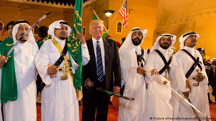 Auslandreise US-Präsident Trump in Saudi-Arabien - Schwertkämpfer (Picture alliance/Zumapress/S. Craighead)