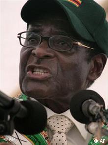دولت موگابه به دیکتاتوری خشن، فساد گسترده و ناکارآمدی اقتصادی متهم است