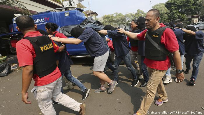 Indonesien Verhaftungen bei Razzia in einem Schwulen-Club (picture-alliance/AP Photo/T. Syuflana)