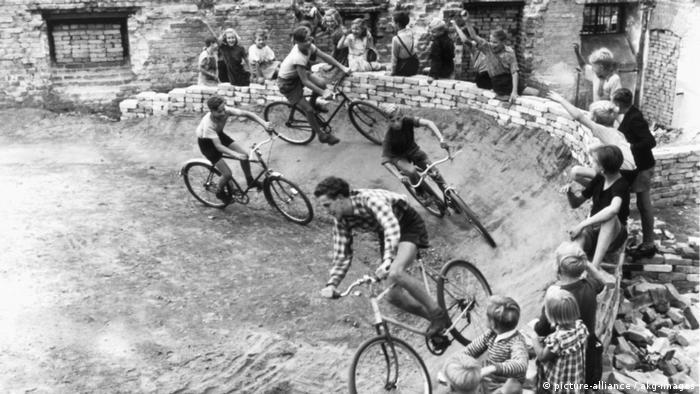 Corrida de bicicleta entre crianças em Berlim em 1953