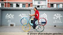 200 Jahre Fahrrad Chinese auf ein Fahrrad mit olympischen Ringen
