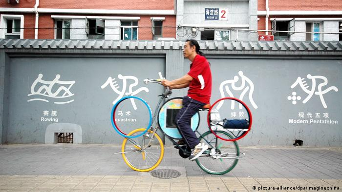 A Chinese man with bike decorated with five-ring Olympic emblem (picture-alliance/dpa/Imaginechina)