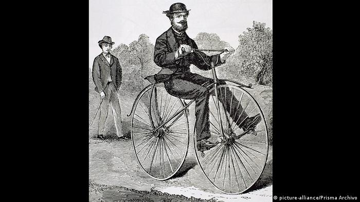Homem andando de velocípede