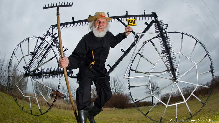 Rake bike with designer Dieter Didi Senft (picture-alliance/dpa/P. Pleul )
