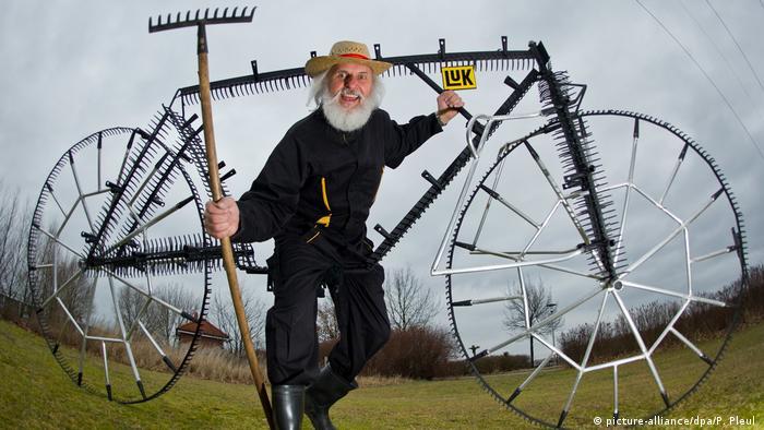 Designer Dieter Didi Senft com sua bicicleta feita de ancinhos