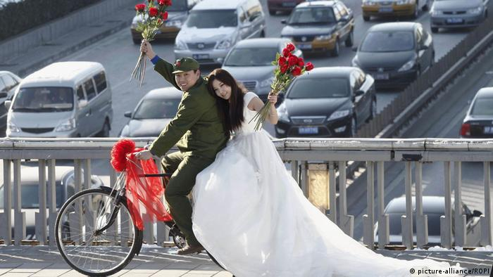 Noivo e noiva de bicicleta