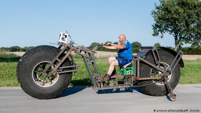 Frank Dose em sua bicicleta feita com rodas de trator