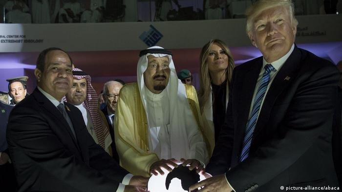 Trump Ende Mai mit König Salman (M.) in Saudi-Arabien (picture-alliance/abaca)